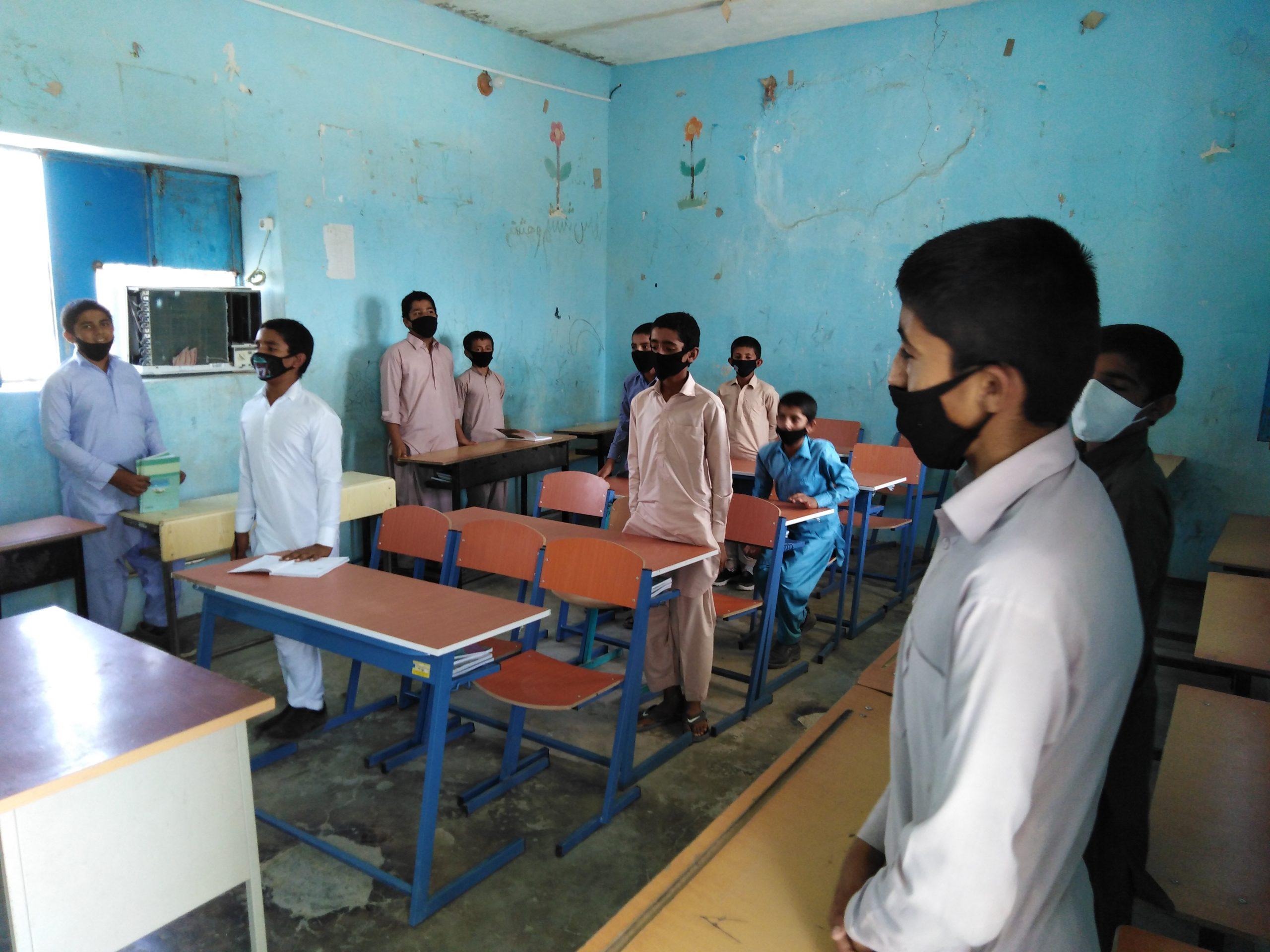دانش آموزان در حال تحصیل در ساختمان قدیمی مدرسه روستای کالبر